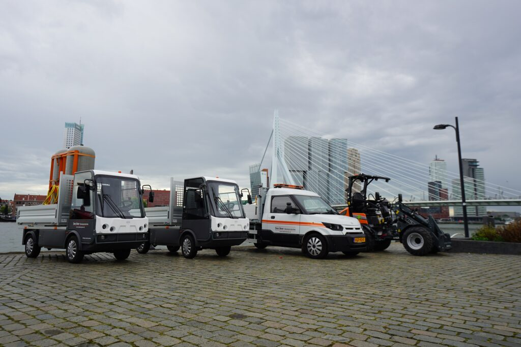Elektrische voertuigen van Den Boer Groenprojecten. Links twee 'spijkstalen', rechts daarvan een streetscooter