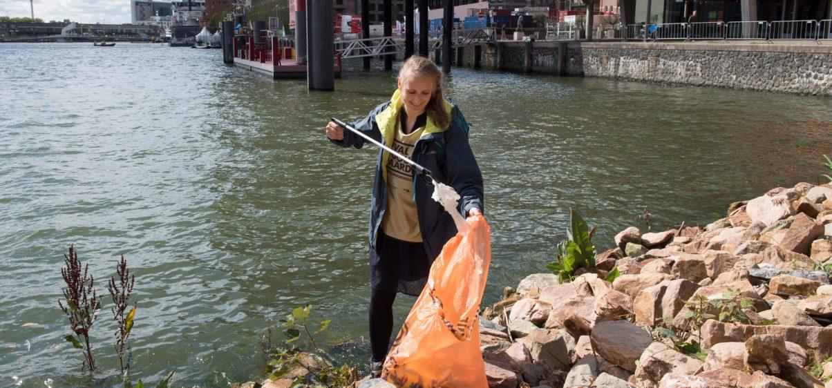 Vrouw die afval opruimt