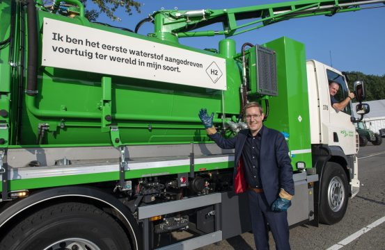 Wethouder Arno Bonte bij eerste waterstof kolkenzuiger