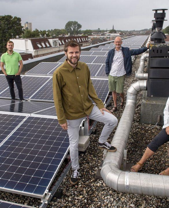 Op de foto van links naar rechts: bewoners Bart Hogendoorn, Tim Grevelink en Ed en Els Overbeeke.  Fotograaf: Jan van der Ploeg.